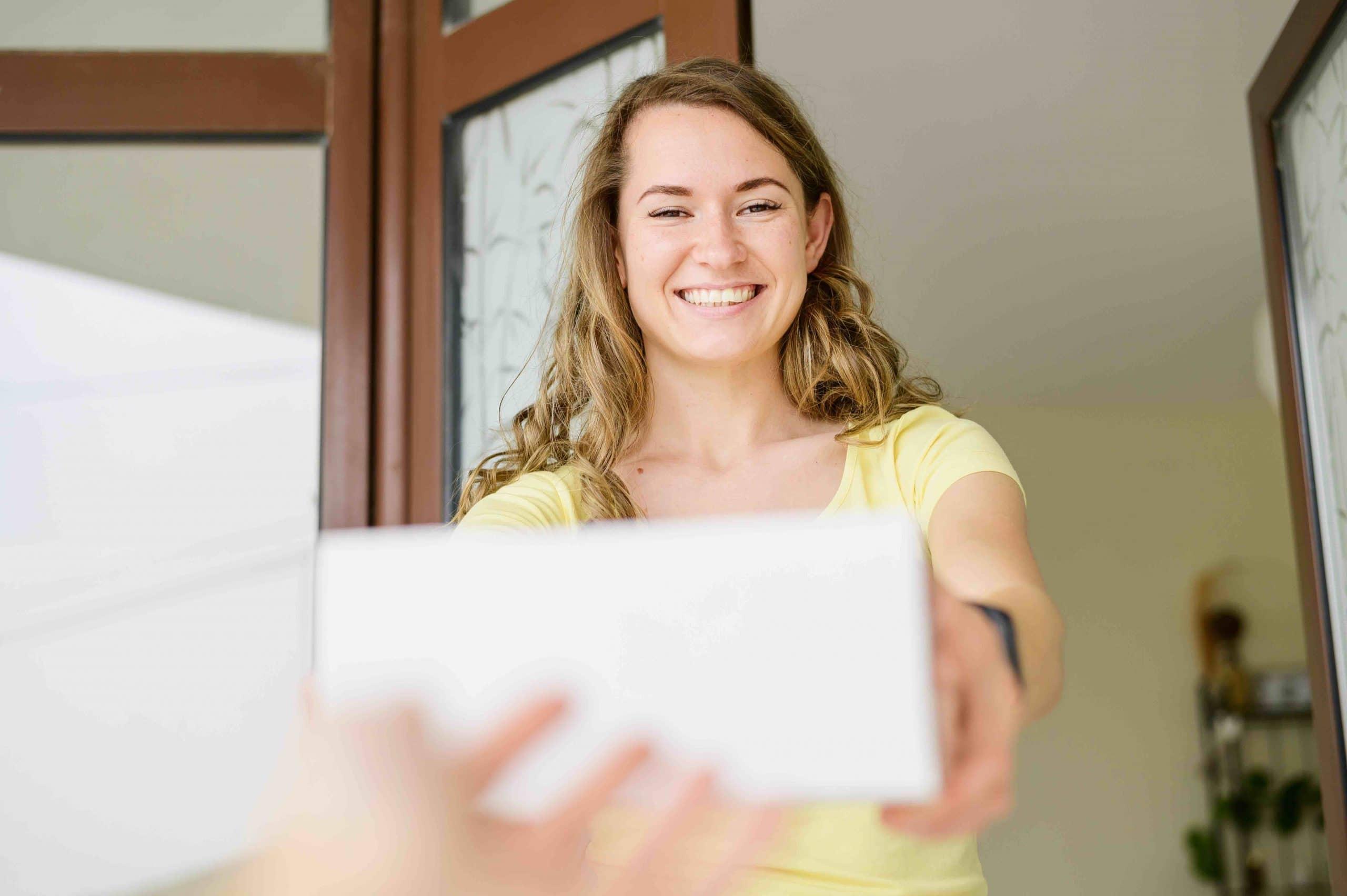 mujer feliz recibiendo paquete