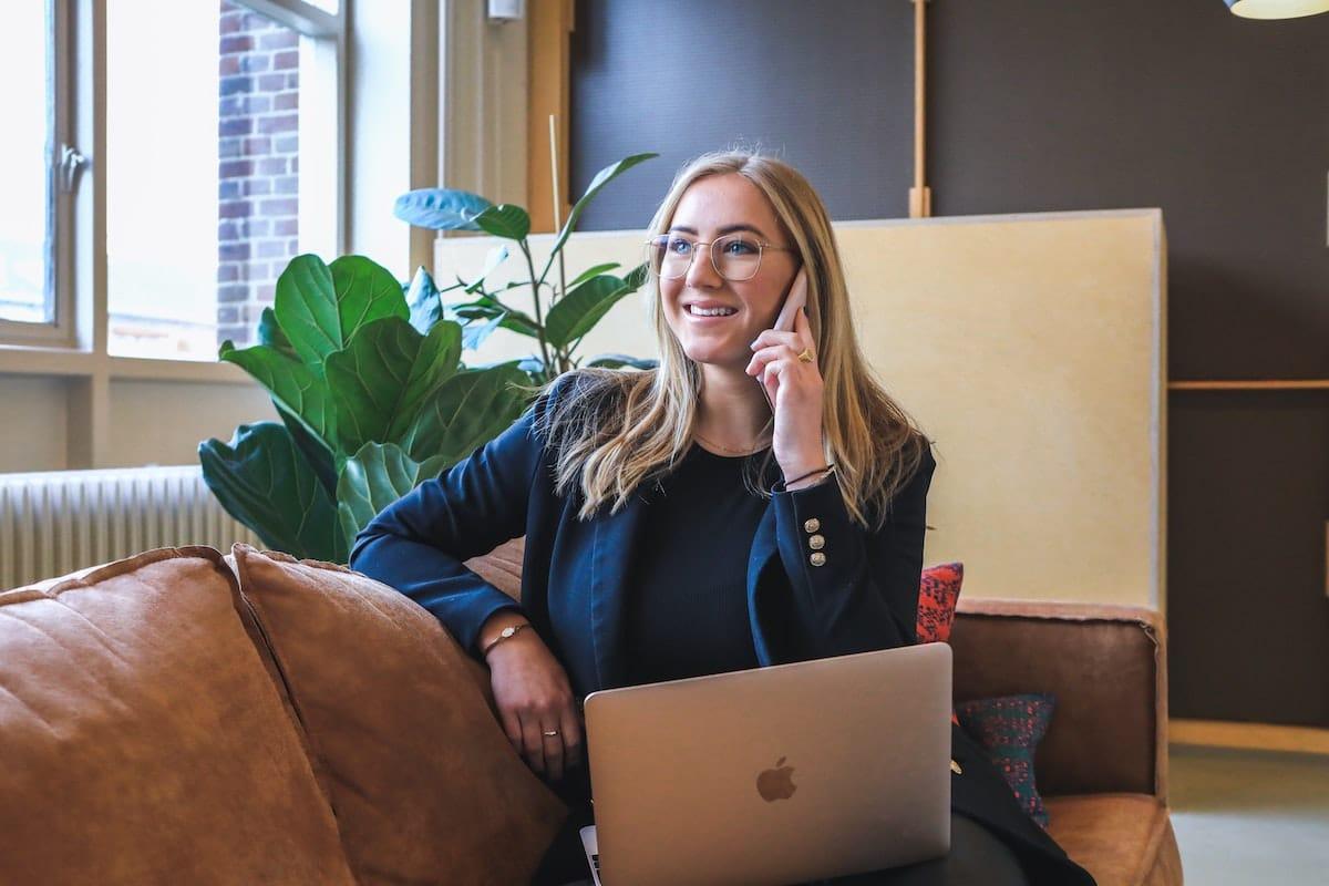 mujer realizando una venta telefónica